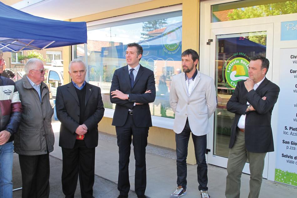 Ariedo Bront, il secondo da destra, il giorno dell'inaugurazione del negozio della Latteria Cividale, nell'omonima cittadina.
