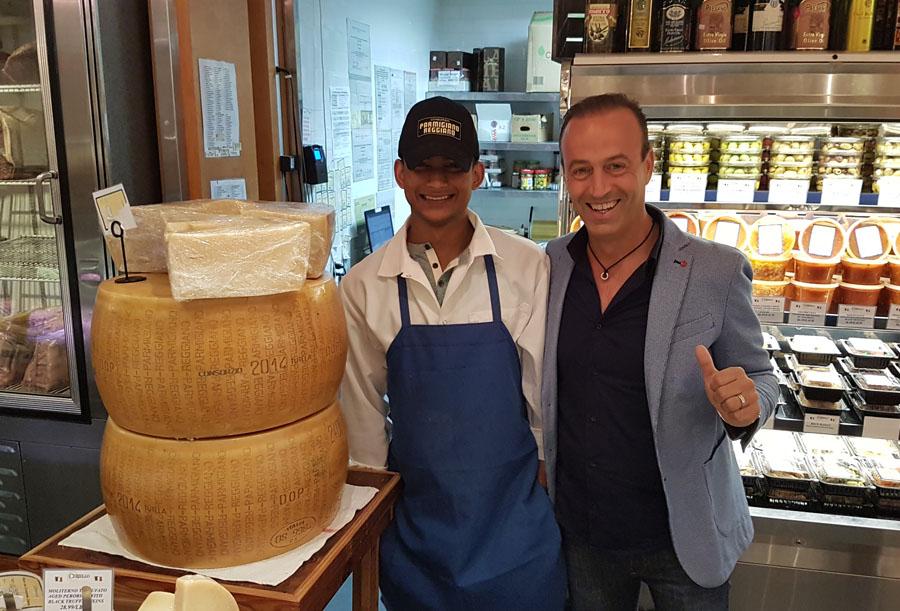Nicola Bertinelli - a destra - in un punto vendita specializzato a New York